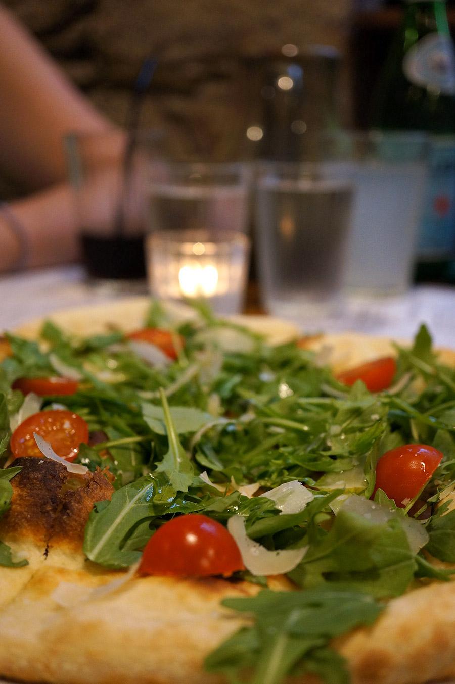 Antipasti : foccacia blanche, roquette, huile d'olive et grana padano chez Mia Nonna