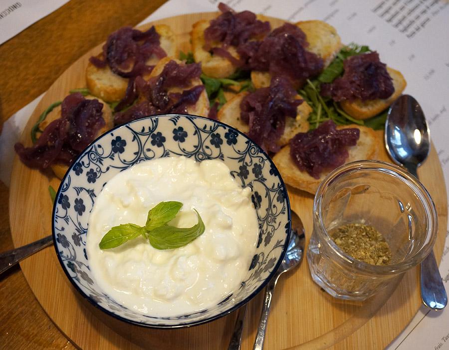 Antipasti : stracciatella, crostini et compotée d'oignons caramélisés chez Mia Nonna à Nantes