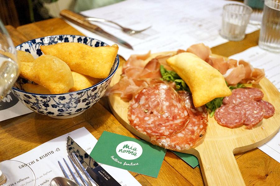 Antipasti : duo de saucisson et beignets chez Mia Nonna
